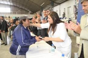 Funcionarios del Ministerio de Desarrollo Humano en la entrega de anteojos realizada en el Club Unión