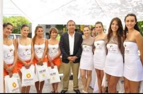 El ministro de Turismo y Cultura, Dante Elizondo junto a promotoras que participarán de la campaña a realizarse en la Costa Atlántica