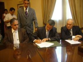 Por el Banco de San Juan firma el contrato Marcelo Zunino