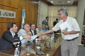 El intendente de Rawson, Juan Carlos Gioja saluda tras la firma del convenio por fondos para adquirir motos para patrullaje