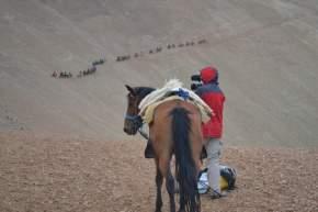 Filmando un sector de la columna que siguen la huella del Padre de la Patria en su cruce por la cordillera sanjuanina