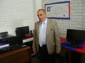 El Intendente Tello en la sala de acceso a las TICs para el sector productivo donde se aprecia el moderno equipamiento inform�tico