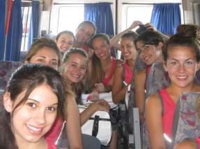Postulantes en el bus que las traslada a una de las visitas agendadas