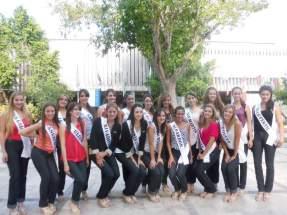 Las 19 aspirantes a Reina Nacional del Sol frente al edificio de Turismo