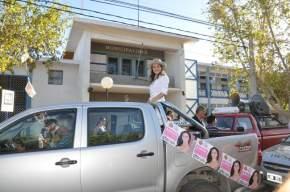 Parte la caravana con Vanesa desde la puerta del Municipio