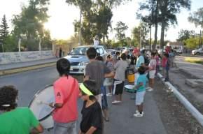 Los vecinos salen al encuentro de la caravana para saludar a Vanesa y apoyarla en su candidatura a Reina de la FNS