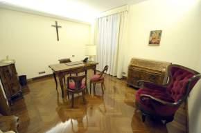 Cada suite de la Casa Santa Marta tiene su sala de estudio