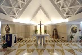 El altar de la capilla de la Casa de Santa Marta