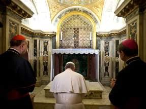 Rezó en la capilla clementina, el lugar más cercano a la tumba del Príncipe de los Apóstoles