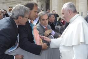 Los representantes de CAEM con el Papa Francisco que bendijo la imagen de Santa Bárbara