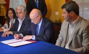 El titular del CIF, Ing. Juan José Ciácera firma convenios