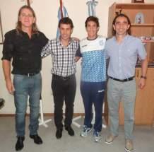 El secretario de Deportes Jorge Chica con el triatleta internacional sanjuanino Gonzalo Tellechea