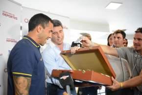 El gobernador Uñac entregó un presente a Carlitos Tevez