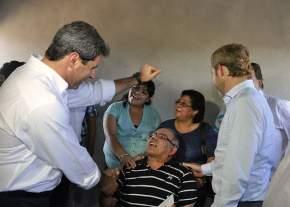 Las autoridades con los moradores adjudicatarios de la vivienda que visitaron