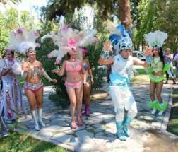 En los jardines de Casa de Gobierno una de las comparsas animadoras de los corsos, efectuó una demostración de percusión y danzas de sus pasistas