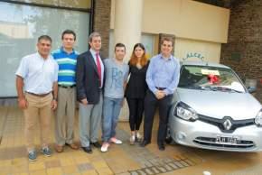 Las autoridades entregan el 3º premio, el Renault Clío 0Km, a Sebastián Cabello