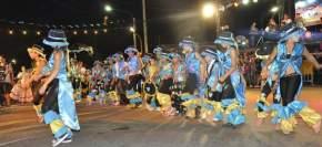 Comparsas de jóvenes e infantiles, academias de danzas, fueron parte del desfile