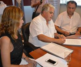 El ministro de Producción y Desarrollo Económico, Andrés Díaz Cano, y el secretario de Educación, Alberto Bartol firmaron acuerdo con librerías acordando precios de la canasta escolar