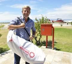 El ministro Rogelio Frigerio con la mochila del equipo para participar del Cruce de Los Andes