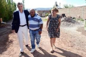 Antes del acto Macri visitó a una familia minera de Barreal, donde vive Oscar, que trabaja en un pequeño emprendimiento de siolita