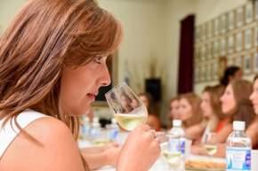 Aprenden sobre cata de vinos