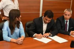 Alberto Duarte Pardo, director regional de Turismo de Coquimbo, firma el acuerdo con la ministra de Turismo y Cultura, Claudia Grynszpan