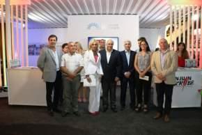 El vicegobernador Lima, su esposa y legisladores provinciales en la inauguración del stand