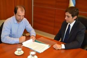 El ministro de Gobierno, Emilio Baistrocchi, y el titular de Patagonia Green S.A., Alejandro Cairo, firmaron el contrato