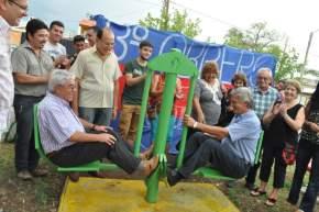 Juan Carlos Gioja prueba los juegos de la plaza saludable