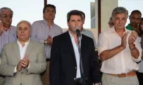Tras hablar el intendente de Rawson, Juan Carlos Gioja, se dirigió a los adjudicatarios el gobernador Sergio Uñac