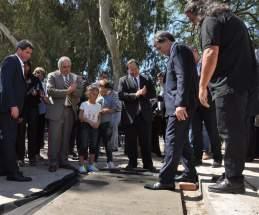 El secretario de Derechos Humanos de la Nación, Claudio Avruj imprime su huella en el cemento fresco