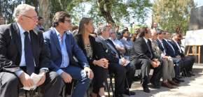 Funcionarios en el acto presentación del monumento homenaje al Holocausto