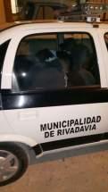 Móvil de la comunal de Rivadavia trasladando a dos de los detenidos