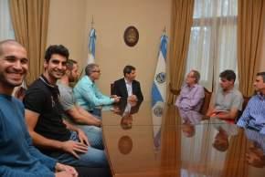 Uñac recibió a directivos, cuerpo técnico y jugadores de UPCN Voley Club