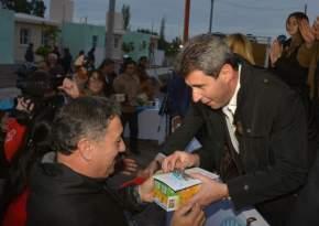 El gobernador Sergio Uñac entrega las llaves de una viviendas y un kit de lámparas a un adjudicatario