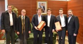 Los funcionarios sanjuaninos y los nacionales tras la firma del convenio para aplicar el programa de vigilancia electrónica