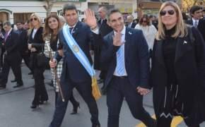 El gobernador junto a demás funcionarios se dirigió al palco para presenciar el desfile cívico militar