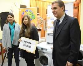 El presidente de la C.A.S., Guillermo Ruiz Alvarez y la gerente de Lotería y Quiniela, Paula Quiroz, entregaron el 1º premio