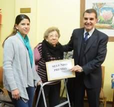 El titular de la Caja de Acción Social, Guillermo Ruiz Alvarez y la gerente de Lotería y Quiniela, Paula Quiroz, entregan el 2º premio