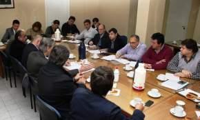 Legisladores de distintos bloques con el presidente de E.P.S.E., Víctor Doña