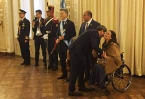 El gobernador sanjuanino saluda a la vicepresidenta de la Nación