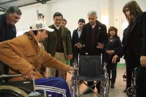 El ministro Allende entrega una de las sillas de ruedas