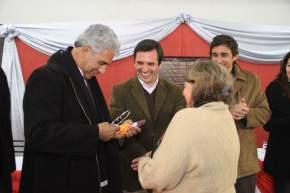 El ministro de Desarrollo Humano entrega un par de anteojos