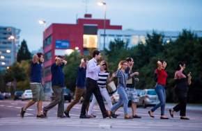 Gente evacuada del centro comercial, fue sacada por la Policía con los brazos en alto