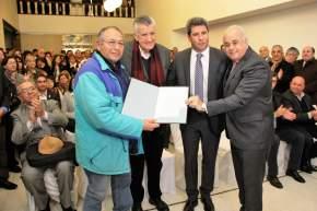 Gioja, Uñac y Lima con Clever Gómez, titular de la Asociación Sanjuanina de Ex Presos Políticos, con el Decreto 693 que da cuenta del histórico busto de Evita