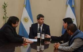 Funcionarios del INV entregaron al gobernador Uñac vinos producidos por el Instituto