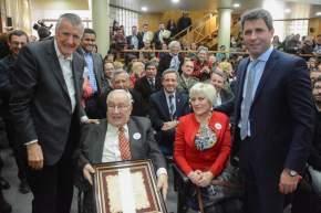 El gobernador Sergio Uñac, junto al diputado nacional José Luis Gioja, entregaron una plaqueta a Eduardo Bettio, de Protea, por el aporte realizado a la cultura sanjuanina
