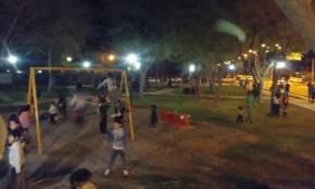 La plaza cuenta con juegos infantiles