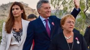 El presidente Mauricio Macri con su esposa Juliana Awada y la presidenta Michelle Bachelet dirigiéndose al acto