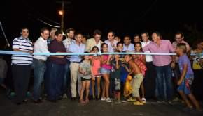 Las autoridades cortaron las cintas inaugurando la obra de asfalto